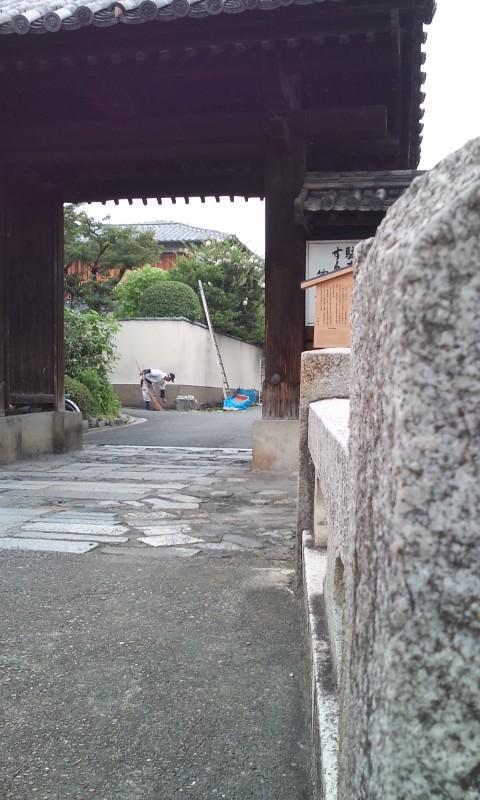 亀山を見上げるその場所は、かつて堀が巡っていた